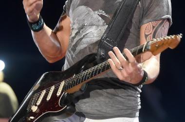 Keith Urban Shreds Guitar