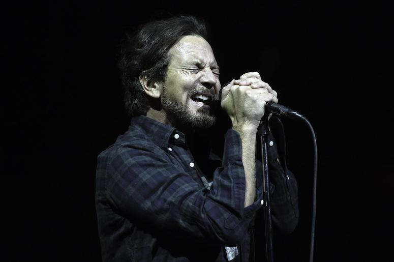 THE DAILY FEED - WATCH EDDIE VEDDER & FRIENDS SALUTE DAVID