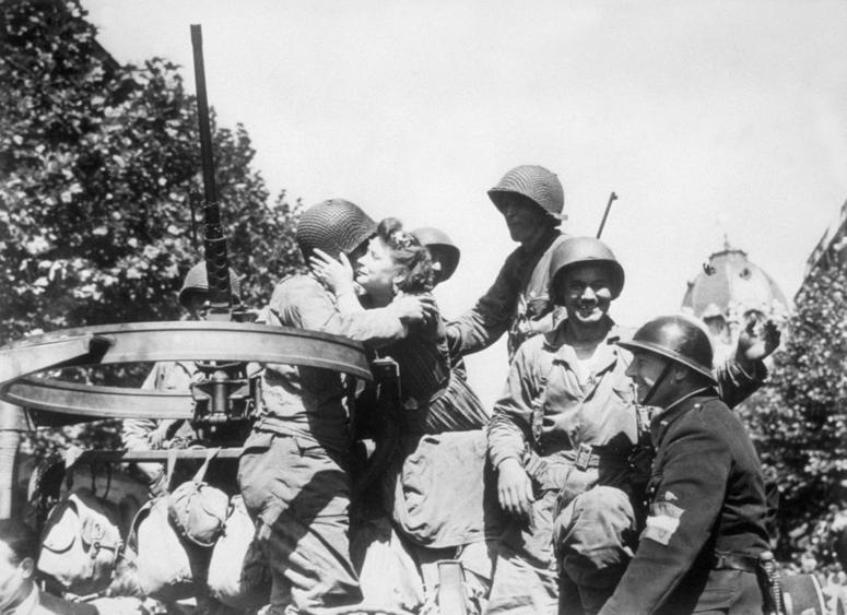 1944: Parisian girls welcome the liberating US troops arriving in Paris.