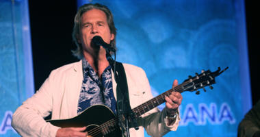 Avtor Jeff Bridges performs at the Annual SeaChange Summer Party To Benefit Oceana on September 10, 2010 in Laguna Beach, California.