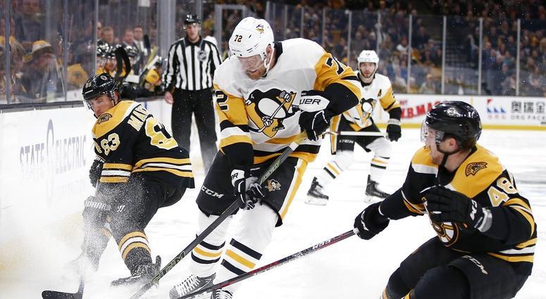 Pittsburgh Penguins' Patric Hornqvist (72) battles Boston Bruins' Brad Marchand