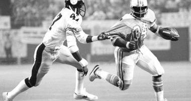 Pittsburgh Steelers' Mel Blount (47) grabs the jersey of Houston Oilers running back Earl Campbell (34)