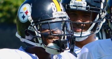 Steelers WR Antonio Brown with teammates at practice in 2018