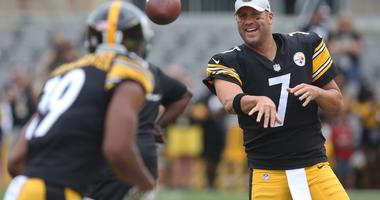 Pittsburgh Steelers quarterback Ben Roethlisberger (7) and wide receiver JuJu Smith-Schuster (19) warm up before playing the Tennessee Titans