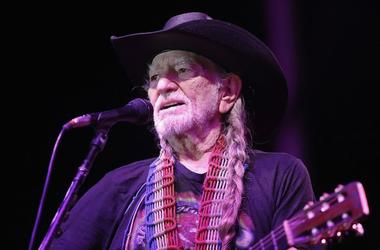 Willie Nelson, Concert, Singing