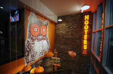 Hooters, Restaurant, Interior, Brick Wall