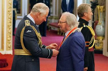 Barry Gibb talks with Prince Charles