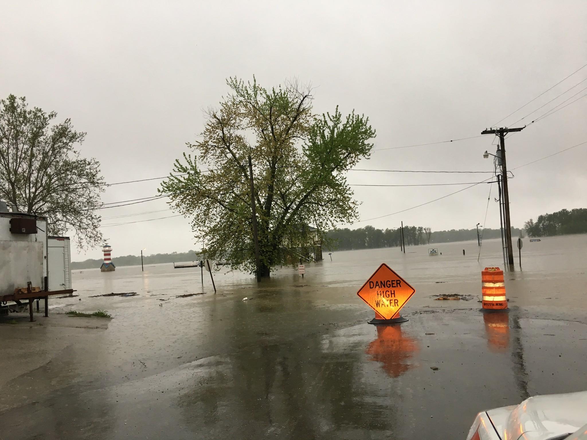 Emergency crews in St  Louis, St  Charles prepare for flood
