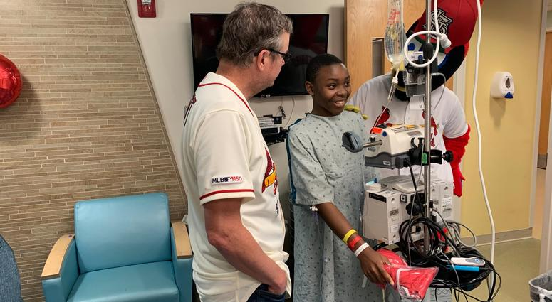 Cardinals Manager Mike Shildt delivers custom gowns and build-a-bears to St. Louis Children's Hospital