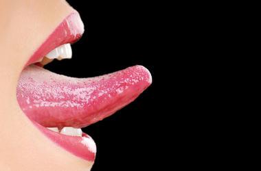 Le muerde la lengua
