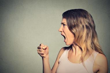 Mujer enojada en el gym