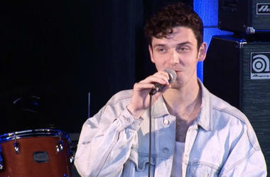 Lauv Teaches us How to Make Guacamole.