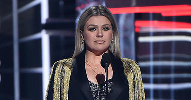 Kelly Clarkson hosts the 2018 Billboard Music Awards