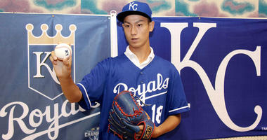 Royals sign 16-year-old Japanese pitcher for $322,500