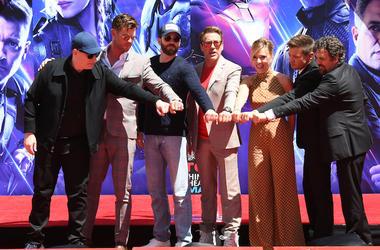 Avengers: Endgame, Handprint Ceremony, Fist Bump, Pose, Cast