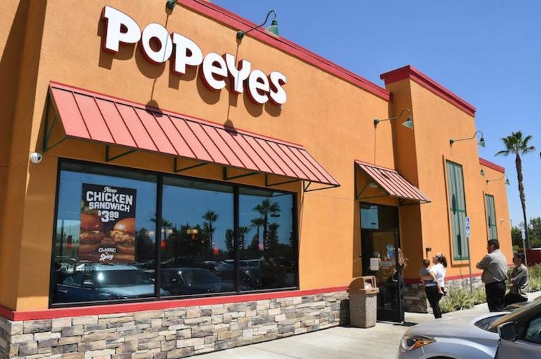 Popeyes, Restaurant, Customers, Line, Chicken Sandwich, 2019
