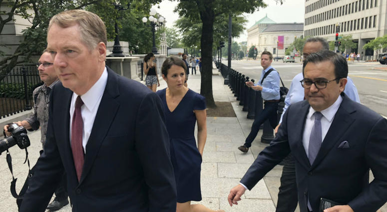 United States Trade Representative Robert Lighthizer, left, and Mexican Secretary of Economy Idelfonso Guajardo, right, walk to the White House on Monday August 27, 2018.