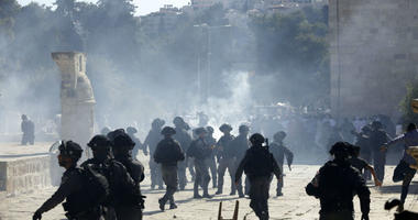 Israeli police clashes with Palestinian worshippers at al-Aqsa mosque compound in Jerusalem, Sunday, Aug 11, 2019. Clashes have erupted between Muslim worshippers and Israeli police at a major Jerusalem holy site during prayers marking the Islamic holiday