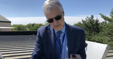 Donald Dvorin demonstrates how to use a pollen count machine on a Mount Laurel, N.J,., rooftop.