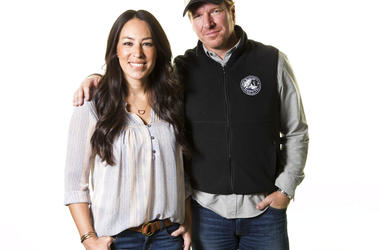 """Joanna and Chip Gaines pose for a portrait in New York to promote their home improvement show, """"Fixer Upper,"""" on HGTV. The Gaines' latest home project is quite the fixer-upper. The Texas couple made famous by HGTV's """"Fixer Upper"""" home improvement show clo"""