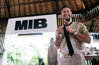 """Chris Hemsworth gives master class on how to tie the iconic MIB tie at """"Men In Black: International"""" event at the St Regis Bali on May 27, 2019 in Nusa Dua, Indonesia"""