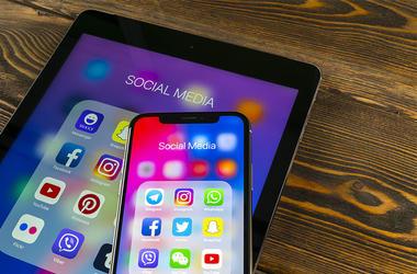 iPhone Social Media Facebook Twitter Instagram