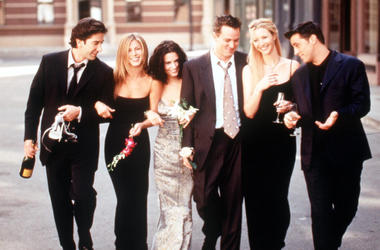 "The Cast Of ""Friends"" 1999-2000 Season. From L-R: David Schwimmer, Jennifer Aniston, Courteney Cox Arquette, Matthew Perry, Lisa Kudrow And Matt Leblanc. (Photo By Getty Images)"