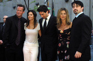 """In this May 5, 2002 file photo, the cast members, Matthew Perry, from left, Courteney Cox Arquettte, David Schwimmer, Jennifer Aniston and Matt LeBlanc of the television show """"Friends,"""" arrive at New York's Rockefeller Center for NBC's 75th Anniversary ev"""