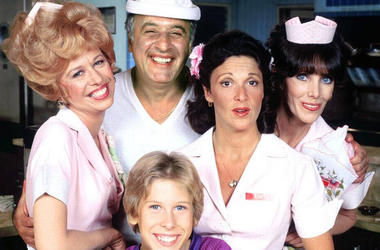 "(L-R) Polly Holliday, Vic Tayback, Philip McKeon, Linda Lavin and Beth Howland of ""Alice"" (Photo credit: CBS)"