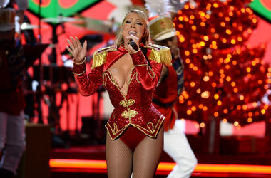 Singer Mariah Carey performs during the VH1 DIVAS HOLIDAY: UNSILENT NIGHT
