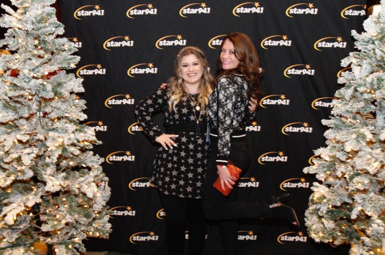 Kelly Clarkson Christmas Eve.Star 94 1 S Christmas With Kelly Clarkson Bleachers Star 94 1