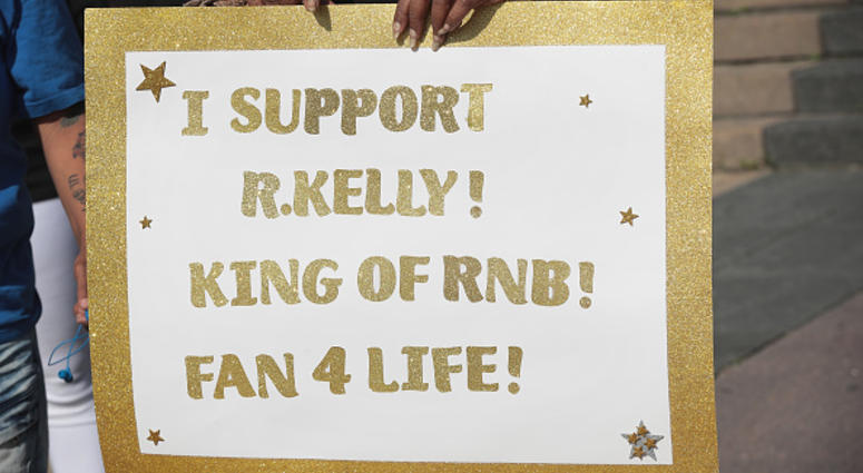 R. Kelly Fan showing support