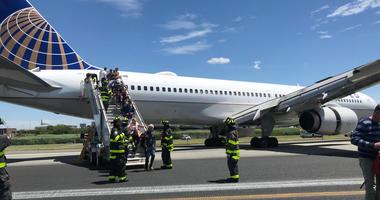 Plane skids on runway Newark Airport