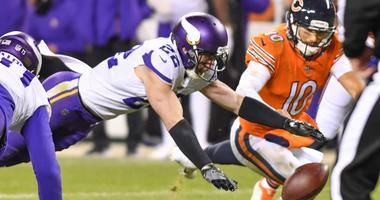 Vikings safety Harrison Smith dives for loose ball