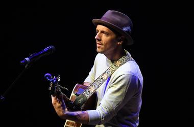 Jason Mraz performs