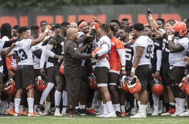 Cleveland Browns head coach Hue Jackson leads the team in cheer after minicamp at the Cleveland Browns training facility.
