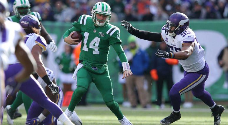 Jets quarterback Sam Darnold runs the ball against Minnesota Vikings linebacker Anthony Barr on Oct. 21, 2018, at MetLife Stadium.
