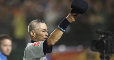 Seattle Mariners right fielder Ichiro Suzuki tips his cap after being removed from the game during the eighth inning against the Oakland Athletics on March 21, 2019, at the Tokyo Dome.