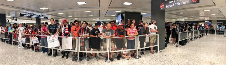 Wayne_Rooney_Dulles_Airport
