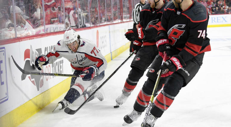 Caps-Hurricanes: T.J. Oshie leaves Game 4 with injury