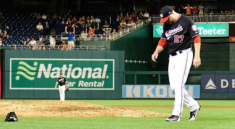 Shawn_Kelley_throws_glove