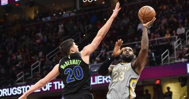 Cavaliers forward LeBron James (23) shoots against Dallas Mavericks forward Doug McDermott (20) Sunday.