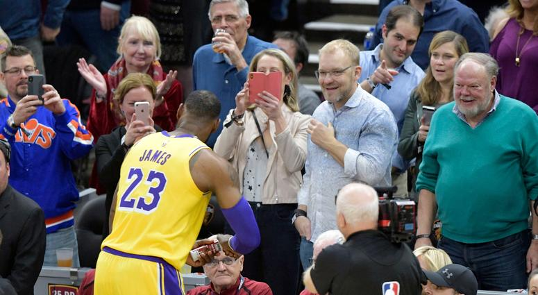ea5391a2b2b9 LeBron James receives ovation in return to Cleveland