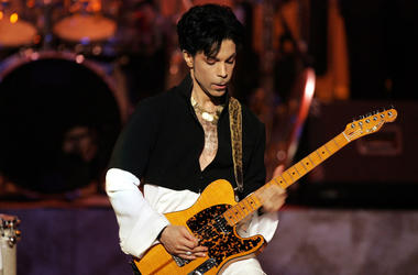 Prince performs in 2005