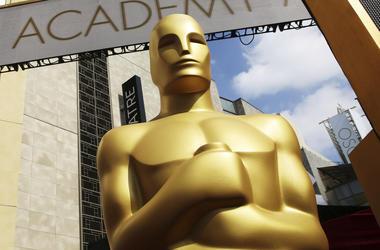 En esta foto del 21 de febrero del 2015 se ve la estatua del Oscar a la entrada del Dolby Theatre para la 87ma cefemonia de los Premios Oscar en Los Ángeles. Los Oscar anunciaron el miércoles, 8 de agosto del 2018, que añadirán una nueva categoría para re