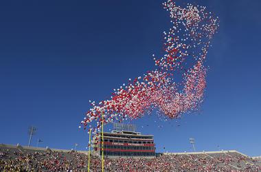 Cientos de globos son soltados al aire en el Memorial Stadium, antes de un partido entre Indiana y Michigan en Bloomington, Indiana, el 14 de octubre de 2017. La tendencia de dejar de usar pajillas de plástico está desinflando el amor por los globos.
