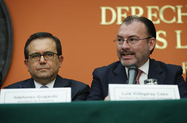 El secretario mexicano de Relaciones Exteriores, Luis Videgaray, a la derecha, y el secretario de Economía, Ildefonso Guajardo, a la izquierda, participan en una conferencia de prensa en la embajada mexicana en Washington, el lunes 27 de agosto de 2018.