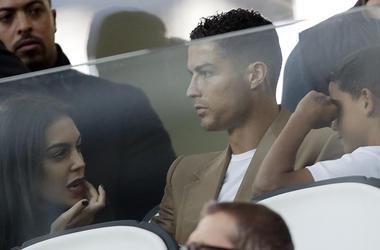 ARCHIVO - Foto de archivo, 2 de octubre de 2018, del delantero de la Juventus Cristiano Ronaldo con su novia Georgina y su hijo Cristiano durante un partido por la Copa de Campeones en el estadio Allianz de Turín. Cristiano Ronaldo ha sido suspendido de l