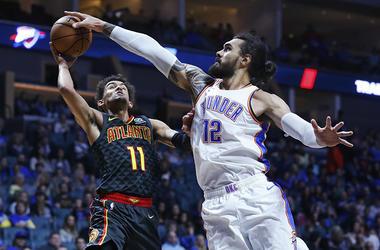 En esta foto del 7 de octubre de 2018, el centro Steven Adams del Thunder de Oklahoma City tapa el disparo de Trae Young de los Hawks de Atlanta.