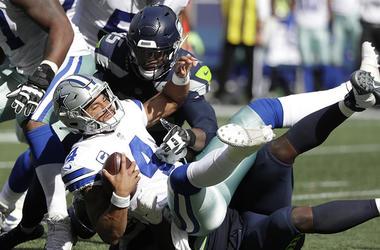 En esta foto del 23 de septiembre de 2018, el quarterback Dak Prescott (4) de los Cowboys de Dallas es derribado por Dion Jordan y Jarran Reed (en el piso) de los Seahawks de Seattle.